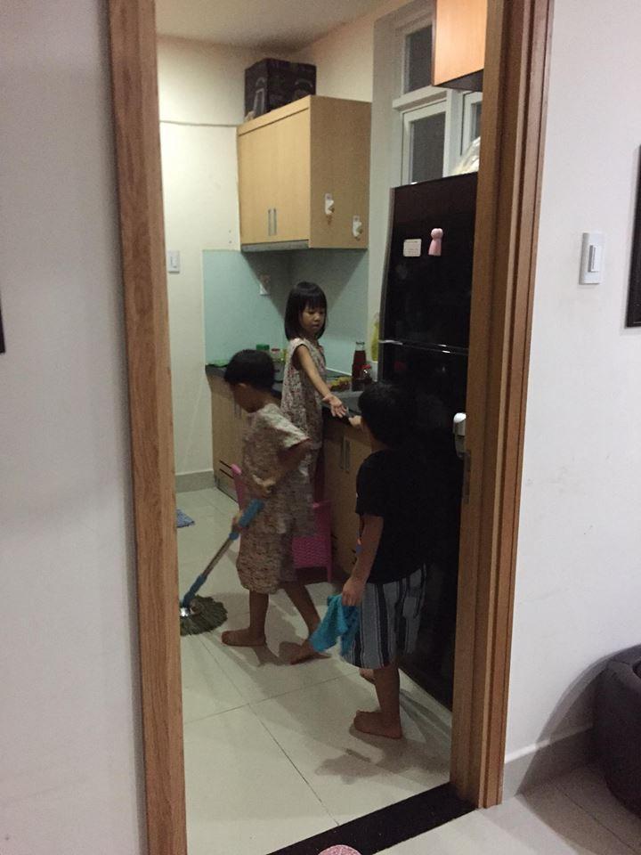 Anh em trong nhà thường phân công nhau làm việc nhà giúp mẹ.