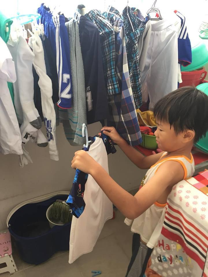 Tùy độ tuổi, các con được giao các công việc phù hợp.