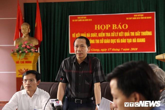 Ông Trần Đức Quý, Phó Chủ tịch UBND tỉnh Hà Giang chủ trì họp báo ngày 17/7. Ảnh: VTC.