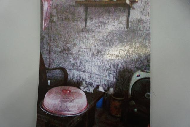 Ngôi nhà đơn sơ. Trên tường nhà, chằng chịt những nét vẽ của người bố mắc bệnh tâm thần...