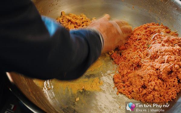Thịt mông sau khi sơ chế cho vào say và ướp gia vị.