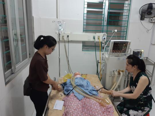 Một nạn nhân bị thương nặng đang được điều trịn tích cực tại Bệnh viện Đa khoa Cao Bằng - Ảnh: Văn Duẩn