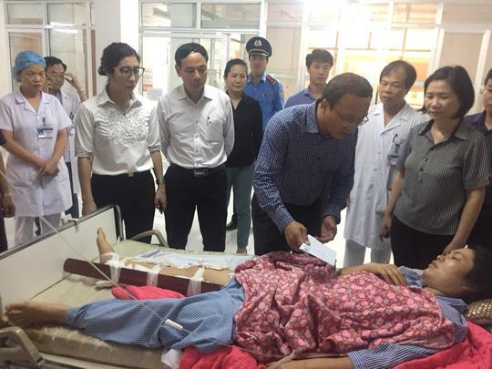 Phó Chủ tịch Chuyên trách Ủy ban ATGT Quốc gia Khuất Việt Hùng và đại diện các cơ quan chức năng của Bộ GTVT thăm hỏi, tặng quà cho các nạn nhân và thân nhân có người chết trong vụ tai nạn - Ảnh: Văn Duẩn