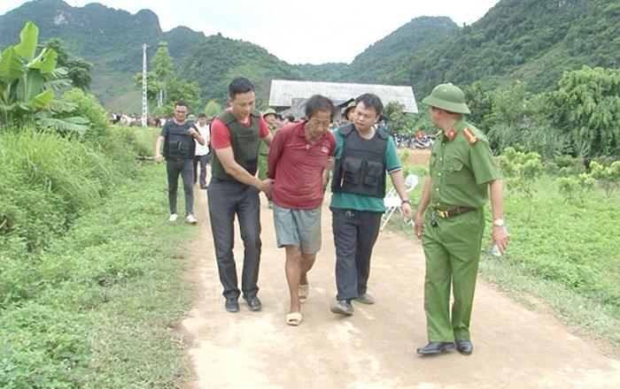 Lý Văn Dinh bị lực lượng công an khống chế sau nhiều giờ cầm dao cố thủ trong nhà. (Ảnh: ANTĐ)