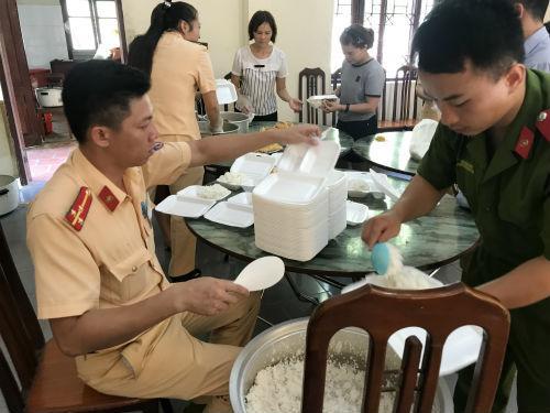 Gần chục cán bộ chiến sĩ  mỗi người một chân một tay chuẩn bị bữa cơm cho các bệnh nhân nghèo.