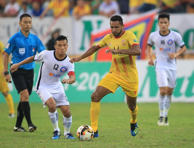 Tân binh Pereira Junior (áo vàng) đang được xem là niềm hy vọng của Nam Định. Ảnh: Đức Cường