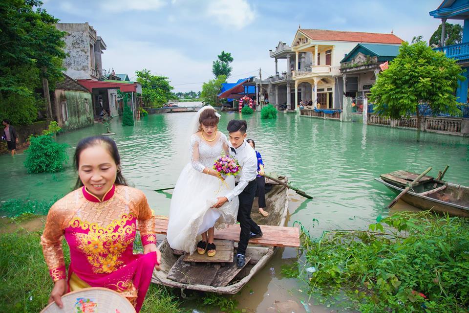 Đoạn đường vào nhà cô dâu 100 mét nhưng nước dâng không thể vào.