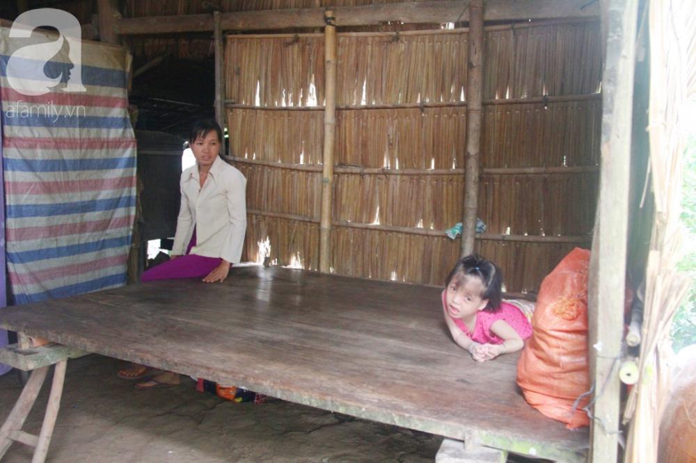 Căn nhà nhỏ xập xệ là tổ ấm của 3 người nhà em tại quê nghèo Cầu Kè.