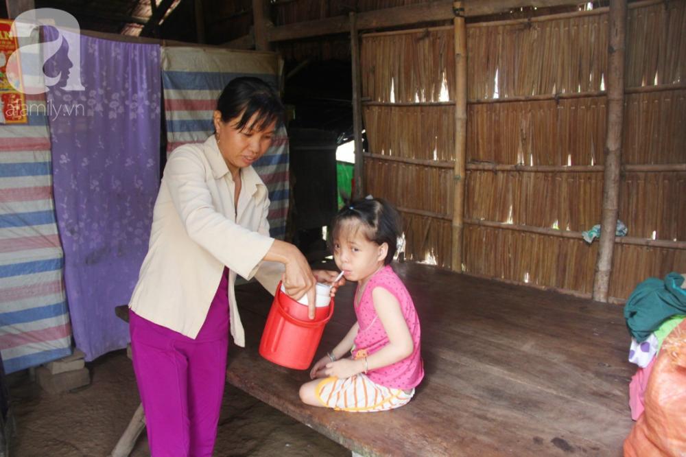 Chị Tiên ao ước có đủ tiền để giúp Hồng chạy chữa căn bệnh não úng thủy quái ác.