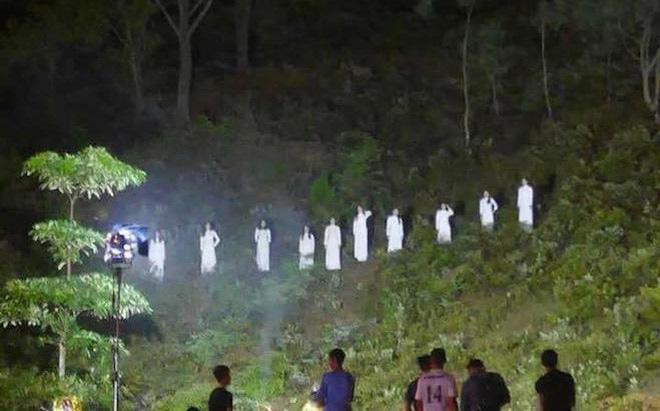 Hình ảnh 10 cô gái mặc đồ trắng trong Lễ kỷ niệm 50 năm Ngã ba Đồng Lộc.