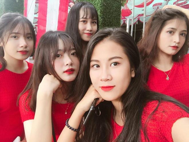 5 cô gái xinh đẹp trong dàn bê tráp ở Lào Cai đang nhận về rất nhiều quan tâm.