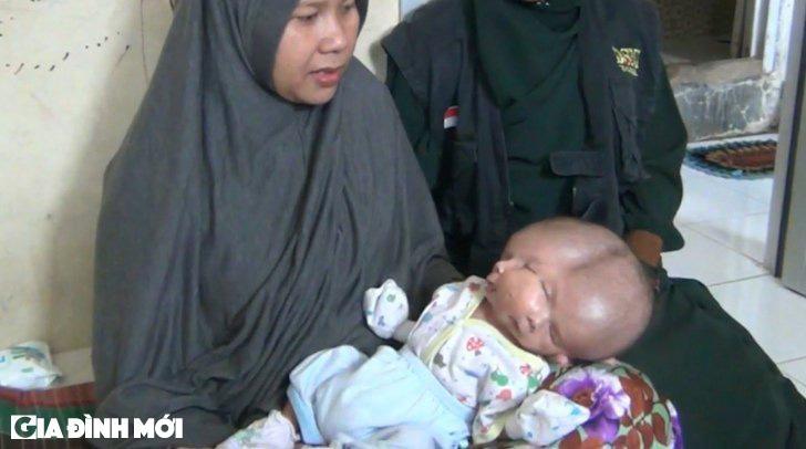 Bà mẹ Ernilasari và cậu bé Gilang (Ảnh: Newsflare)