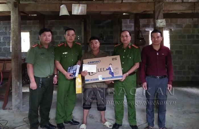 Đ/c Hà Quang Tuân - Trưởng Công an huyện Chợ Mới trao quà hỗ trợ gia đình anh Nguyễn Trọng Việ