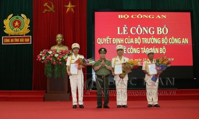 Thứ trưởng Bùi Văn Nam trao quyết định và tặng hoa chúc mừng các đồng chí được Bộ trưởng Bộ Công an bổ nhiệm (Ảnh công an Bắc Kạn).