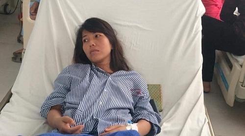 Chị Nguyệt tạm thời không thể tự đi lại và nói được sau nhiều ngày hít phải khí lạ.