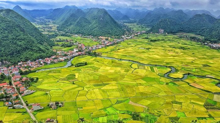 Từ Hà Nội, muốn đến thung lũng Bắc Sơn các bạn xuôi theo quốc lộ 1B khoảng 160km. Nơi đây được bao bọc bởi những dãy núi đá vôi trải dài, xen kẽ là dòng sông nhỏ uốn lượn tạo ra bức tranh sơn thủy hữu tình làm nao lòng biết bao người.