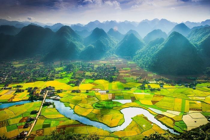 Cũng giống như ở Tam Cốc, để có view ngắm lúa chín tuyệt đẹp, bạn phải leo lên cao. Và ở Bắc Sơn, du khách phải leo bộ khoảng 45 phút từ chân núi lên đến trạm phát sóng vi ba Nà Lay để có vị trí ngắm thung lũng Bắc Sơn đẹp nhất.