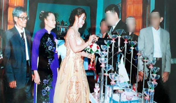 Ông Nãi và bà Bảy (bìa trái) tổ chức hôn lễ cho con dâu.