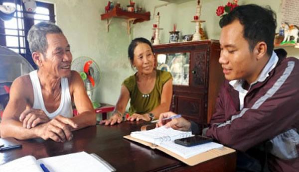 Vợ chồng ông Nghĩa phấn khởi khi kể lại thời gian tìm chồng mới cho con dâu.