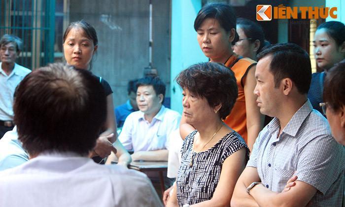 Mẹ của phi công Trí (người ngồi), thẫn thờ, khóc sưng mắt khi nhận được tin dữ về con trai.