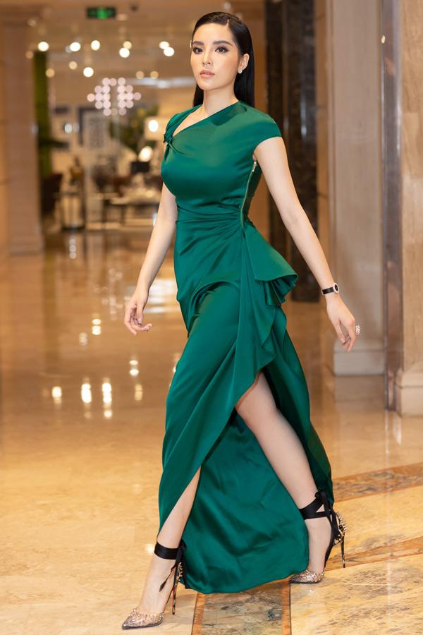 Kỳ Duyên khoe đường cong và chân dài với váy ôm khít cơ thể, xẻ vạt cao trong event tối 26/7.