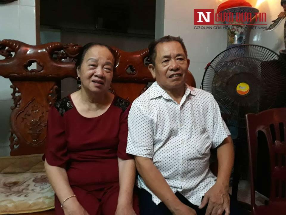 Vợ chồng ông Mỹ đau xót khi nghe tin dữ ập tới với gia đình.