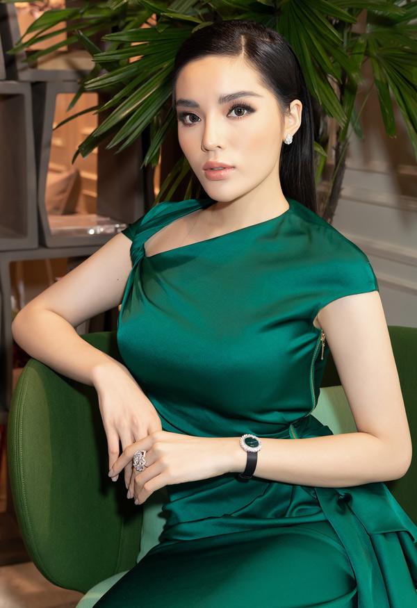 Hoa hậu Việt Nam 2014 là gương mặt hot của làng giải trí, được nhiều nhãn hàng săn đón, mời đóng quảng cáo.