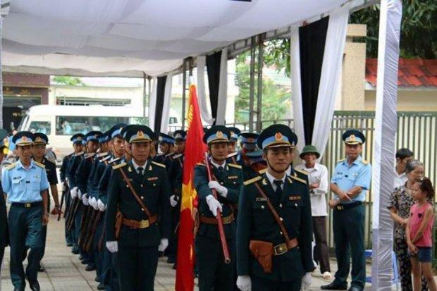 Cán bộ chiến sĩ trong các lực lượng đã về đây thắp nén nhang và chia buồn với gia đình 2 chiến sĩ.