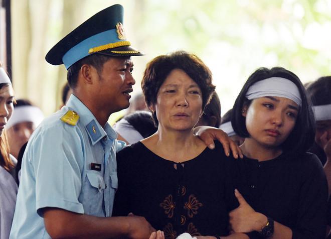 Người thân, đồng đội của 2 phi công vượt hàng trăm km vào Nghệ An để đón các anh về đất mẹ. Ảnh: Việt Hùng.