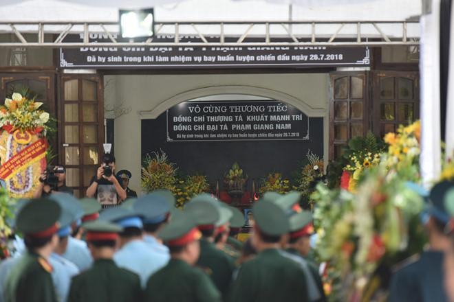 Từ 7h sáng, hàng trăm cán bộ, chiến sĩ... đã có mặt tại Nhà tang lễ Bệnh viện Quân y 4 để viếng, tiễn đưa 2 phi công Khuất Mạnh Trí và Phạm Giang Nam. Ảnh: Việt Hùng.