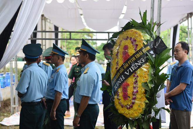 Hầu hết các đoàn đến từ lực lượng quân đội như phòng không không quân, quân khu 4, các tổng cục... Ảnh: Việt Hùng.