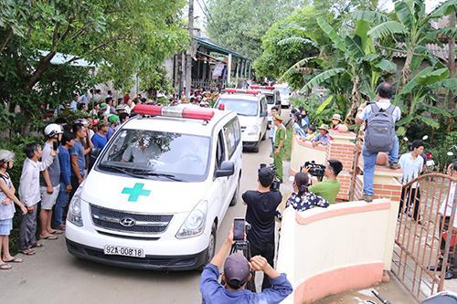 Xe cấp cứu đưa các nạn nhân về đến quê Quảng Trị. Ảnh: Hoàng Táo.
