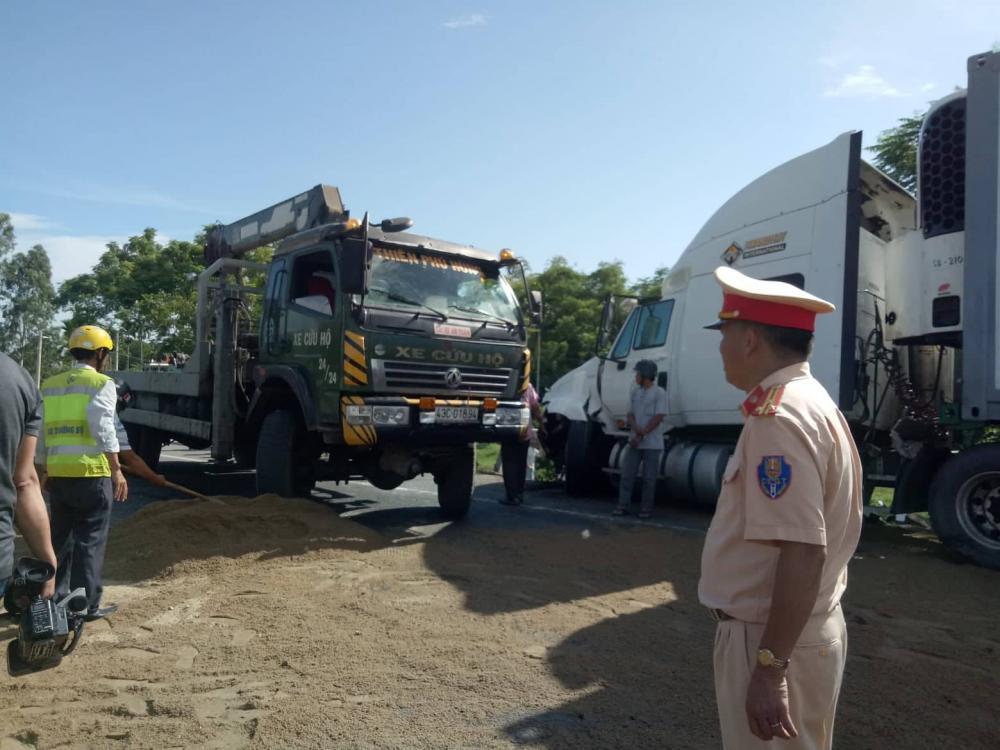 Lực lượng CSGT, PCCC,... đang nỗ lực xử lý hiện trường.