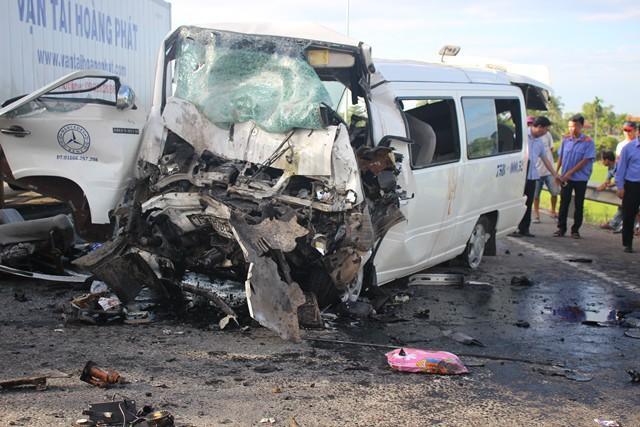 Chiếc xe khách đi rước dâu đâm vào xe container chạy ngược chiều