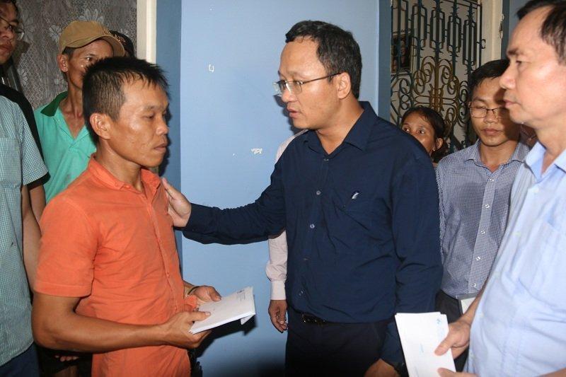 Phó chủ tịch UB An toàn giao thông quốc gia Khuất Việt Hùng thăm hỏi gia đình các nạn nhân xấu số