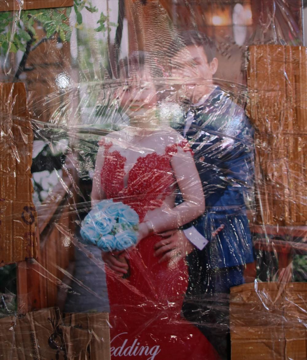 Hình cưới cô dâu chú rể vẫn còn bọc trong nilon, gia đình không muốn mở. Ảnh: Đ.Phùng.