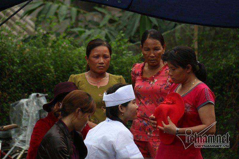 Khăn tang được chít vội trên đầu cháu gái nạn nhân Ngô Thị Bê
