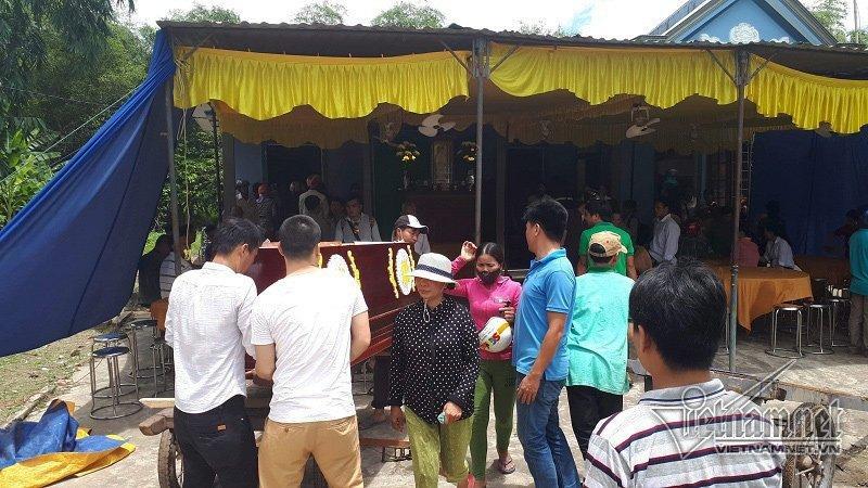 Xóm nghèo gặp đại tang khiến cơ sở đóng quan tài không đủ để cung cấp