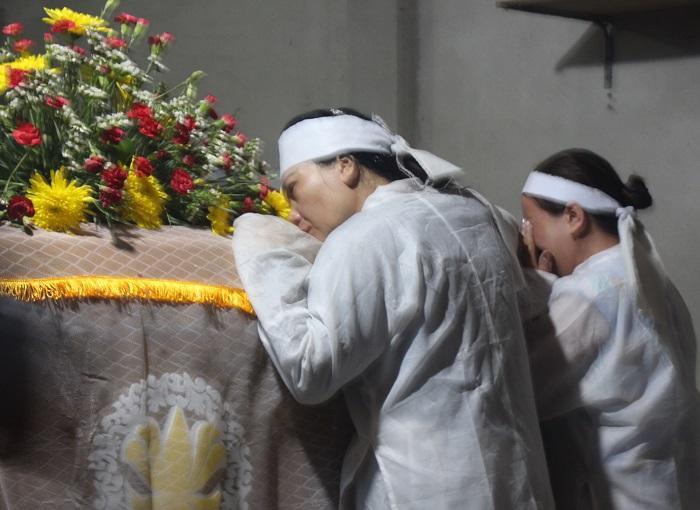 Người nhà anh Phóng khóc nghẹn bên linh cữu người quá cố trước lễ di quan