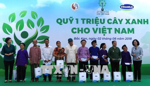 Đồng chí Trương Thị Mai (ngoài cùng bên phải), Ủy viên Bộ Chính trị, Bí thư Trung ương Đảng, Trưởng Ban Dân vận Trung ương, trao tặng 20 phần quà cho các gia đình liệt sỹ, thương binh, cựu thanh niên xung phong, người có công với cách mạng tại tỉnh Bắc Kạn. Ảnh: Vũ Hoàng Giang/ TTXVN