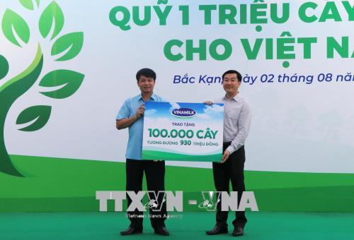 Đại diện Công ty Vinamilk trao tặng 100.000 cây cho tỉnh Bắc Kạn. Ảnh: Vũ Hoàng Giang/TTXVN