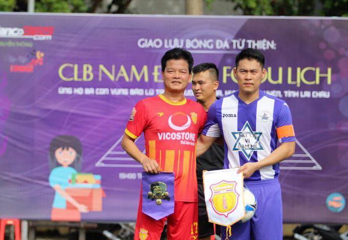 HLV Nguyễn Văn Sỹ (áo đỏ) cũng tham gia thi đấu thiện nguyện cùng học trò