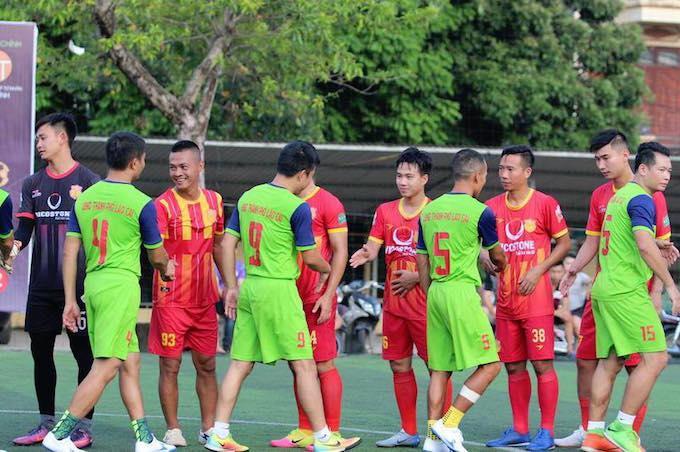 Cầu thủ hai đội làm thu tục trước trận đấu thiện nguyện