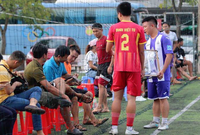Cầu thủ hai đội kêu gọi tấm lòng của các khán giả tham dự trận đấu