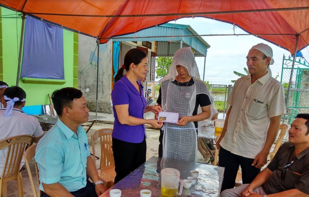Lãnh đạo Ủy ban MTTQ Việt Nam tỉnh Thái Bình động viên, chia sẻ mất mát với người thân nạn nhân.