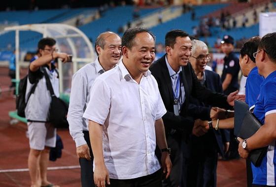 Thứ trưởng Bộ VH, TT&DL Lê Khánh Hải cùng các quan chức VFF chúc mừng chiến thắng của U23 Việt Nam. Ảnh:Vietnamnet