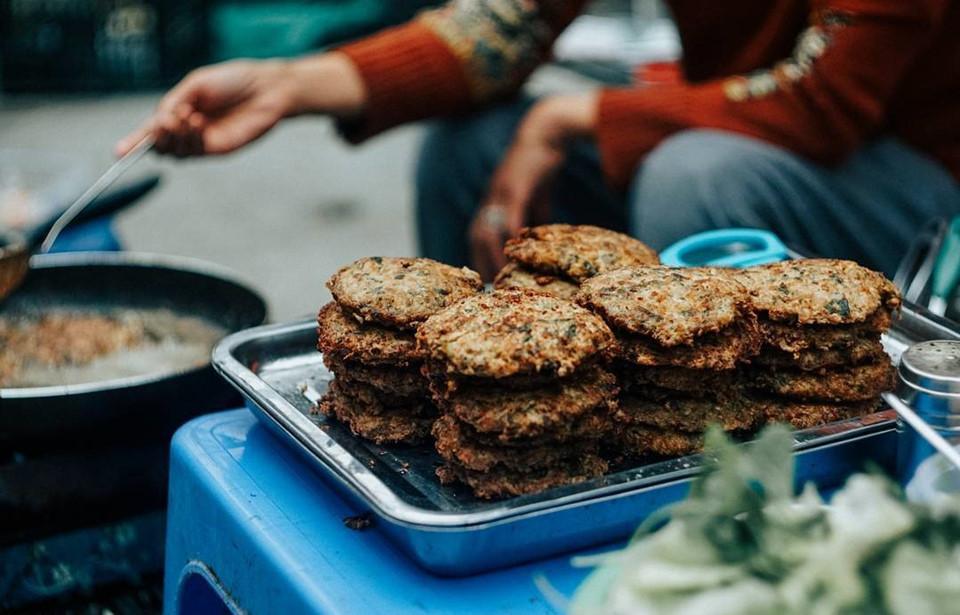Một trong những món ăn nổi tiếng được làm từ rươi là món chả rươi. Nguyên liệu làm chả rươi rất đơn giản, bao gồm rươi, một ít thịt lợn nạc dăm xay nhuyễn hay băm nhỏ, trứng gà, vỏ quýt, hành hoa, thì là, một chút ớt tươi giã nhỏ chủ yếu lấy mùi chứ không để quá cay. Món ăn này khiến những thực khách khó tính nhất cũng phải đổ gục. Ảnh: @pham_linh9.