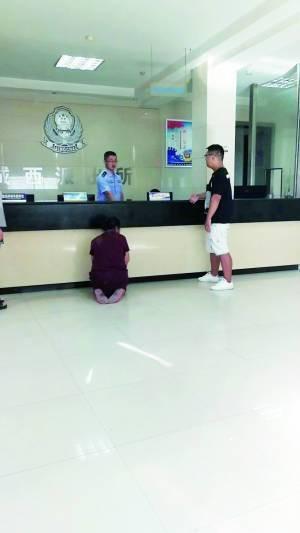 Bà Yan đã quỳ gối cầu xin bắt con trai vào tù chỉ vì quá thương con. Ảnh Sina.