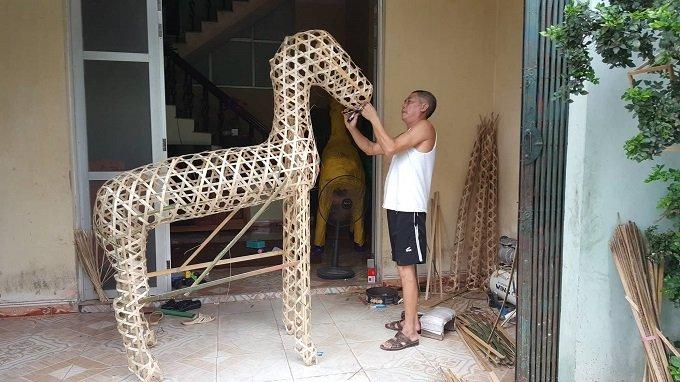 Ông Công đang dựng khung ngựa.