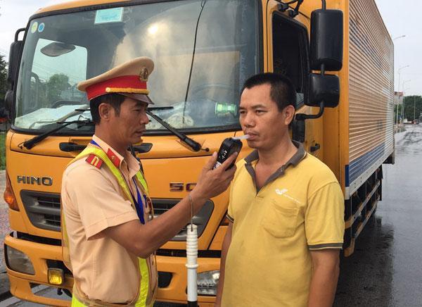 CSGT Bắc Ninh kiểm tra nồng độ cồn lái xe trên QL1A